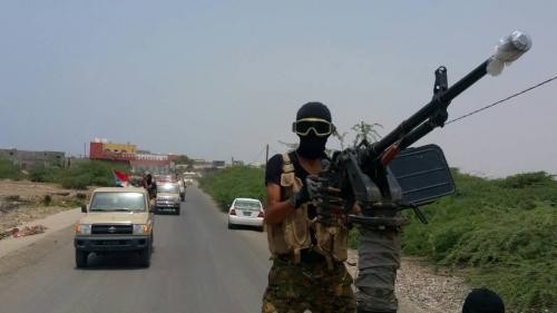 الحزام الأمني يدفع بتعزيزات عسكرية إلى قطاع المحفد عقب العملية الإرهابية التي استهدفت قائد قوات التدخل السريع