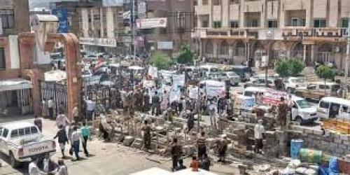 العشرات من جرحى تعز يعتصمون احتجاجا على تجاهل الحكومة لأوضاعهم
