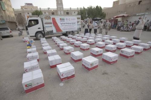 تغطية مصورة..  الهلال  الإماراتي  يوزع مساعدات غذائية على عمال النظافة بسيؤن حضرموت