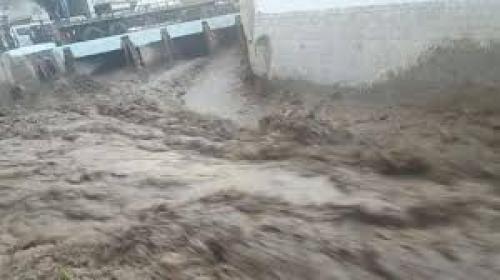 شاهد.. صرخات طفل حتى الموت جراء السيول بمحافظة إب