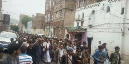 مسلحون يحاصرون حكومة المليشيات الحوثية بصنعاء.. تعرف على السبب