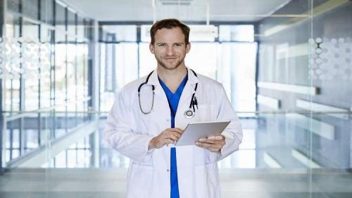 ما علاقة الأطباء الرجال بارتفاع خطر وفاة النساء؟