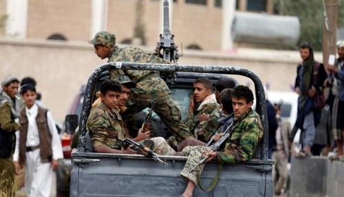 صورة .. طفل يمني يفضح أساليب تجنيد الحوثي للصغار