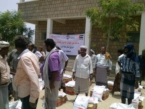 الهلال الأحمر الإماراتي يوزع السلل الغذائية على أسر المحفد