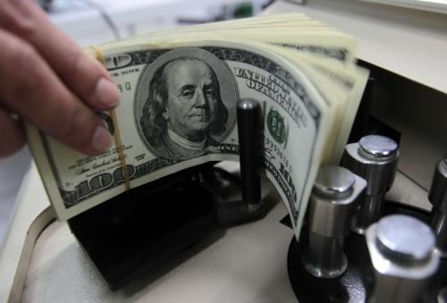 الدولار يقفز ويسجل أعلى مستوى في 13 شهراً