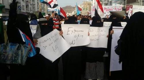 """لرحيل الحكومة.. وقفة احتجاجية لـ""""اتحاد المرأة الجنوبية"""" في شارع مدرم"""