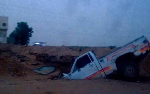 """سيارة تسقط في خندق للمليشيا الانقلابية في بيت الفقيه  """"صورة"""""""