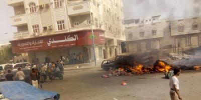 صور.. حريق يلتهم سيارات في حي عبدالعزيز بمديرية المنصورة بعدن.