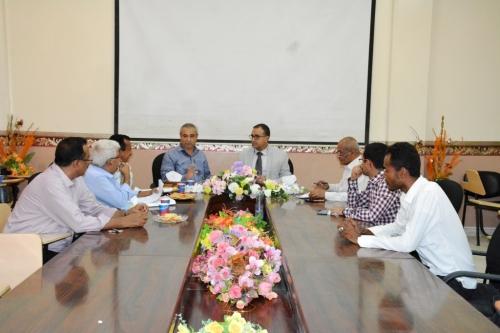 رئيس جامعة عدن يطلع على المسودات الأولية للفريق المكلف بإعداد نظام الصرف الملائم للاقتصاد اليمني