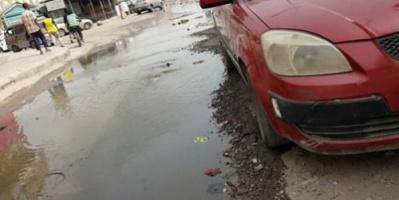 مواطنو المنصورة بعدن يشكون طفح المجاري في الشوارع وانتشار الامراض