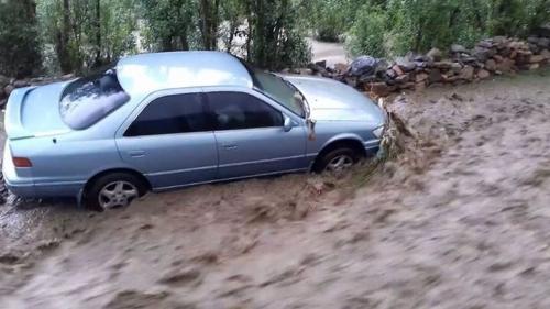 بالصور.. السيول تجرف السيارات في يافع