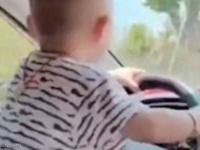"""رضيع بحفاضات  """"يقود""""  سيارة بتشجيع من والديه"""