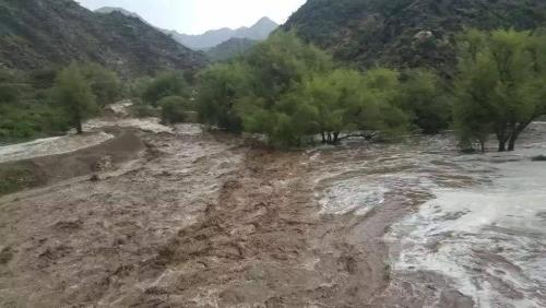 شاهد.. السيول تجرف مزارع المواطنين في منطقة الحنشي بيافع (صور)