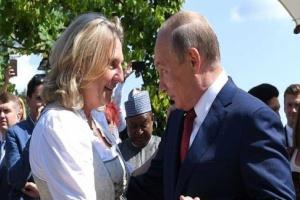 ضجة إثر صورة لوزيرة خارجية النمسا وهي تنحني أمام بوتين بعد مراقصته خلال حفل زفافها