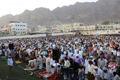 جموع المصلين في العاصمة عدن يؤدون صلاة عيد الأضحى في ملعب باوزير بالمعلا