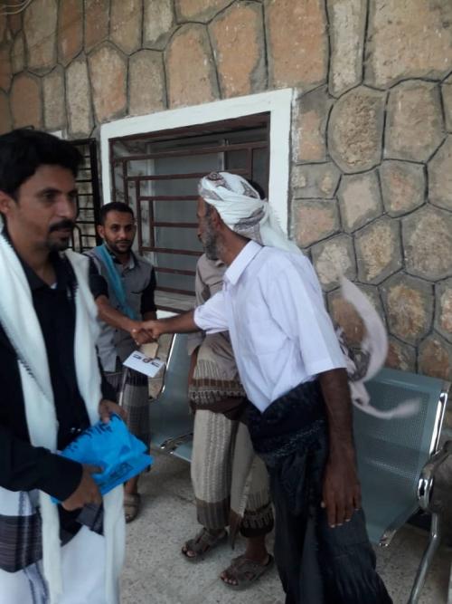 نائب رئيس انتقالي شبوة يزور مستشفى عزان ويقدم مساعدات للمرضى ومكافآت للأطباء والمناوبين