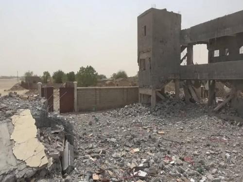 شاهد.. الحوثيون يفجرون مدرسة حكومية بحجة.. وتهجير سكان المنطقة