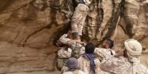 شاهد.. صورة استثائية لجنود القوات الشرعية خلال صعودهم جبل بمران