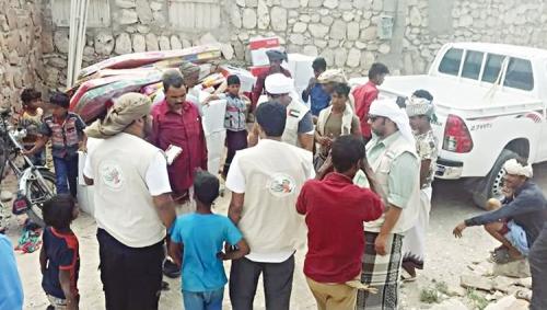 «خليفة الإنسانية» تعيد الأمل لأسرة منكوبة في سقطرى