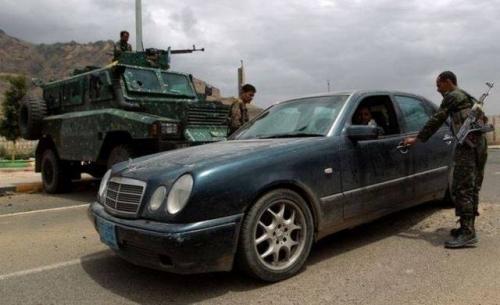 عدن ..شابة على سيارة حمراء تدهس 3 جنود على حاجز أمني