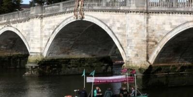 نشطاء يجوبون نهر التايمز على متن قارب من النفايات