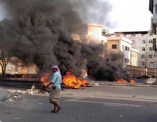 """مواطنون يقطعون شوارع رئيسة في عدن وموجة غضب تجتاح المدينة """" صور """""""