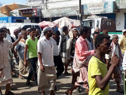 احتجاجات شعبية بلحج وأبين بسبب تدهور الريال (صور)