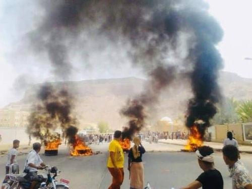 شاهد..محتجون يحاولون اقتحام المجمع الحكومي في سيئون