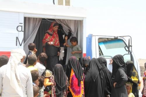 """""""الهلال الأحمر""""  يدشن عيادة متنقلة في الخوخة والسلطة المحلية والسكان يثمنون دعم الإمارات"""