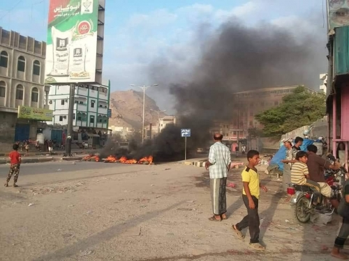 بالصور..غضب شعبي في الديس احتجاجا على ارتفاع الأسعار