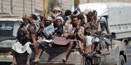 شاهد.. مليشيا الحوثي تقتل شابًا وتعتقل أصدقائه بالحديدة