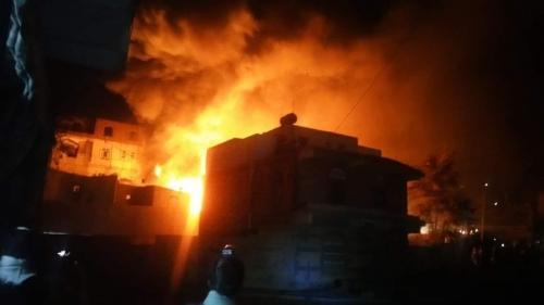 شاهد.. حريق هائل في مخزن للديزل بصنعاء