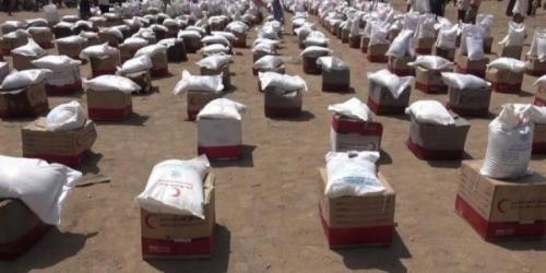 الهلال الأحمر الإماراتي يقدم مواد إغاثية للنازحين بالخوخة