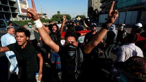 محتجون يشعلون النار في القنصلية الإيرانية بمدينة البصرة