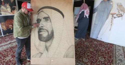 شاهد.. لوحة للشيخ زايد من المسامير المذهبة والخيوط في مهرجان الألعاب البدوية