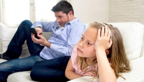 أطفال يتظاهرون ضد الآباء بسبب الهاتف المحمول
