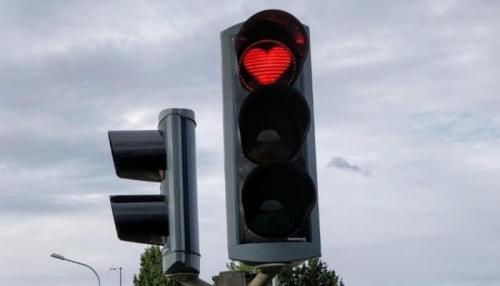 """إشارات مرور على شكل """"قلوب حمراء"""" في أيسلندا"""