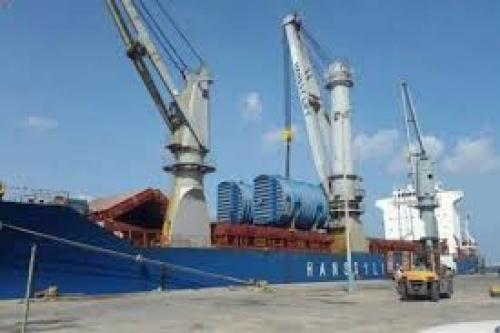وصول سفينة تحمل معدات لتحديث مصافي عدن