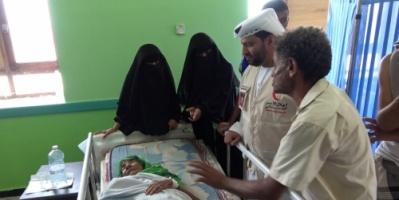قذيفة حوثية تصيب أسرة يمنية بالحديدة  .. والهلال الأحمر الإماراتي يغيثها .. صور