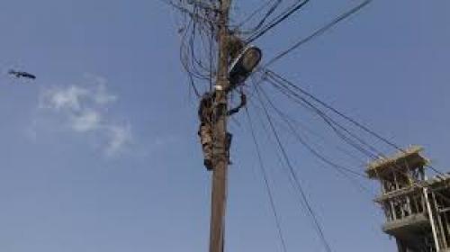الكهرباء تصعق مهندساً بأبين وتصيب زميله ( صورة )