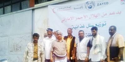الهلال الأحمر الإماراتي يوزع 2500 سلة غذائية في لحج