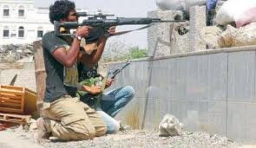 مليشيا الحوثي تنشر القناصة فوق مباني الحديدة