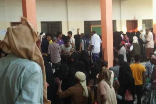 بسبب سوء التنظيم واشتباكات بالأيدي.. مركز إغاثة في الشيخ عثمان يغلق أبوابه ( صور )