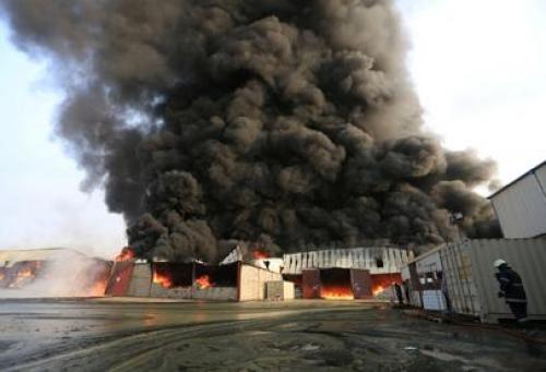 ميليشيا الحوثي تحرق مستودعاً إغاثياً انتقاماً لخسائرها في الحديدة