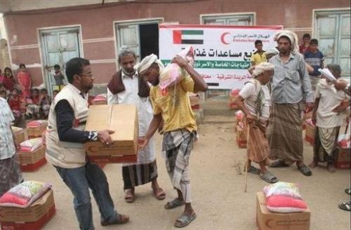 """""""الهلال الأحمر الإماراتي"""" يوزع مساعدات غذائية على عدد من المناطق والقرى النائية في وادي حضرموت"""