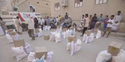 الهلال الإماراتي يوزع مساعدات غذائية على سكان المناطق النائية بوادي حضرموت