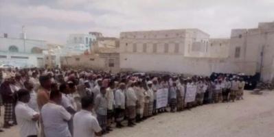 وقفة احتجاجية لمعلمي غيل باوزير بساحل حضرموت للمطالبة بتلبية حقوقهم