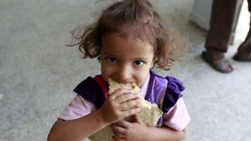 انتهاكات الحوثي تصل للخبز.. استهداف شاحنات طحين بالحديدة