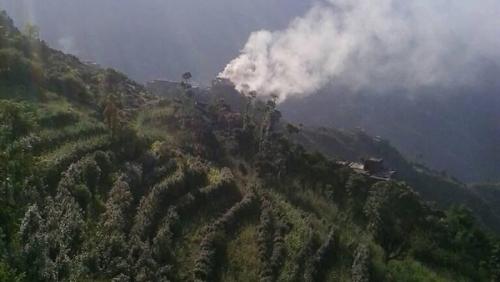 بالصور.. مليشيا الحوثي تحرق منزل مواطن بمحافظة ريمة