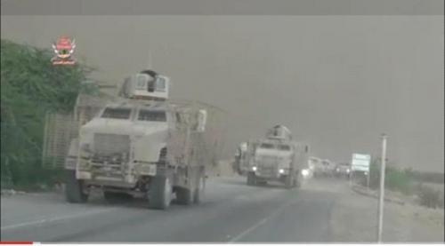 """بالفيديو والصور.. """"ألوية العمالقة"""" تدفع بتعزيزات عسكرية نحو الحديدة"""